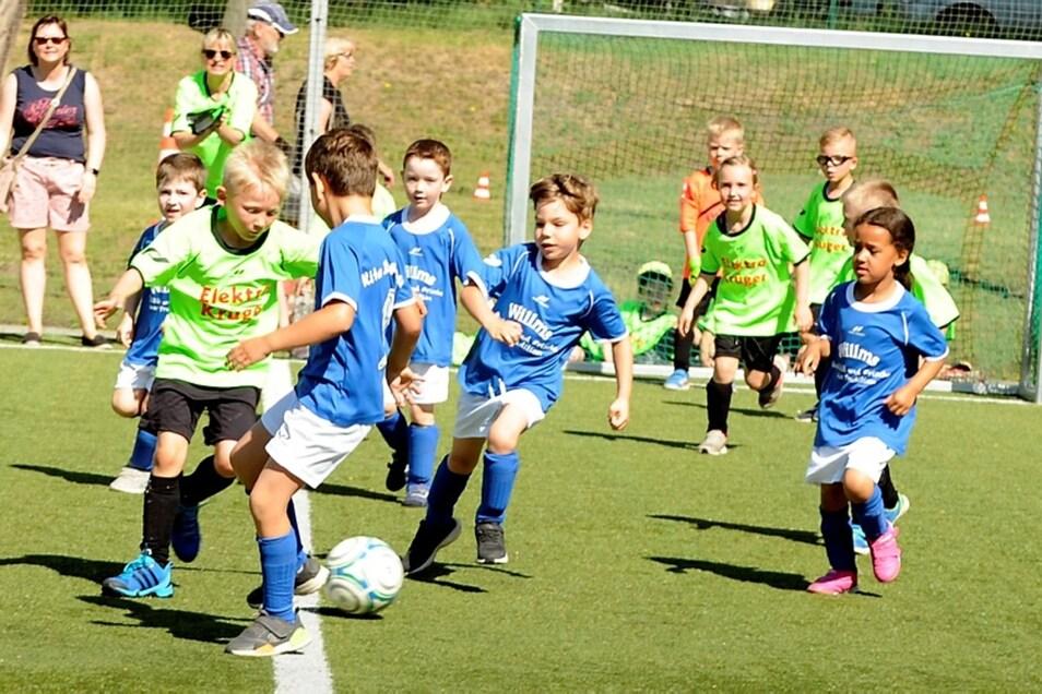 Jonas Jöhling (am Ball) und sein Team der Kita Knirpsenland aus Gablenz zeigten in allen Spielen, wie gut sie sind. Im Spiel gegen das Zwergenland Weißwasser konnte Jonas allein zwei von drei Toren für Gablenz schießen.