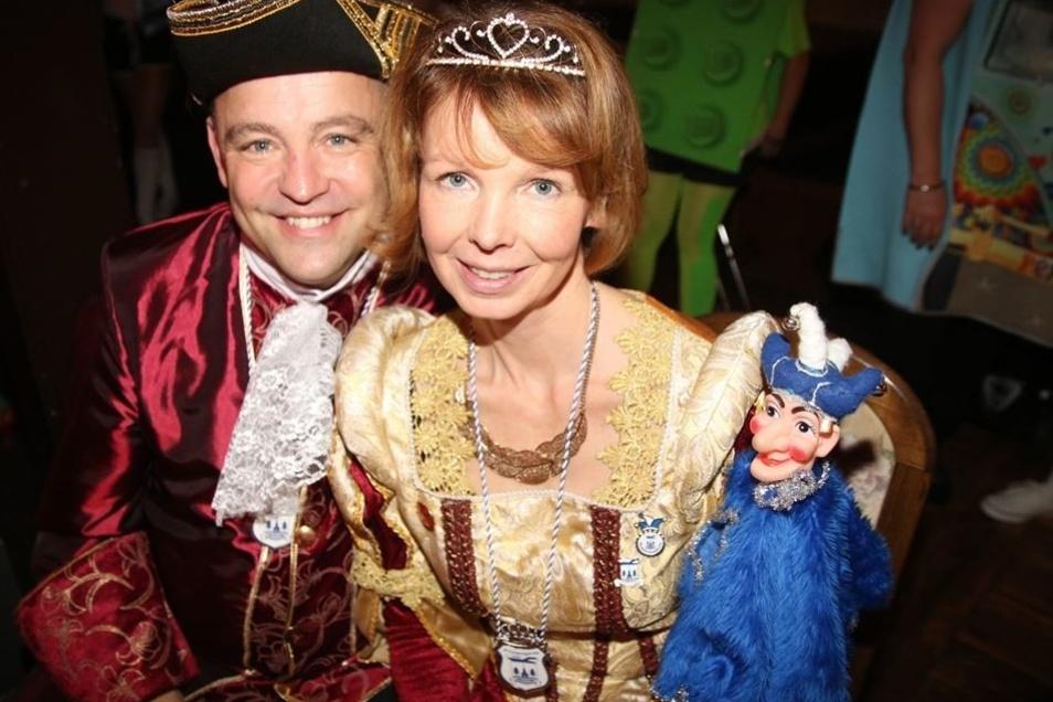 """Das Zepter für die närrischen Tage des Weixdorfer Karnevals liegt derzeit in den Händen von Prinzessin Juliane I. und Prinz Jens der IV. Gefeiert wird im Gasthof Hermsdorf unter dem Motto """"Wenn der WKC mal shoppen geht, ein Kaufhaus zur Verfügung steht""""."""