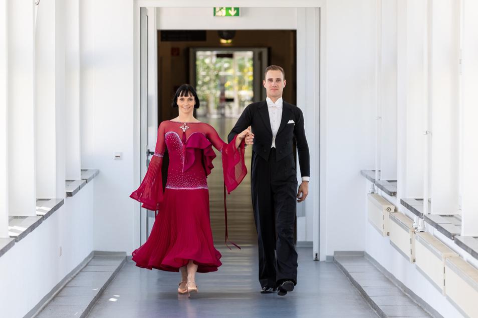 Die Ex-Weltmeister in der Kombination 10 Tänze, Julia Luckow (l) und Erik Heyden, bei einem Fototermin für die saechsische.de im Uniklinikum Dresden auf einem Gang.