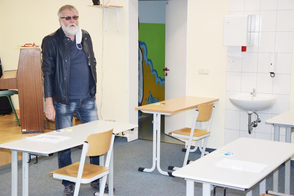 """Schulleiter Joachim Glücklich in einem Klassenraum der Hoyerswerdaer Oberschule """"Am Stadtrand"""", in dem Abstandsregeln eingehalten werden. Das Foto entstand durch ein geöffnetes Fenster, weil auch Journalisten eine Schule jetzt nicht betreten dürfen."""