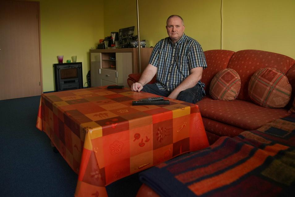 Jörg Hofmann in seiner Wohnung in der Radeberger Straße. Dort ist er vor 30 Jahren eingezogen, als Nachmieter von Wladimir Putin, sagt der 51-Jährige.