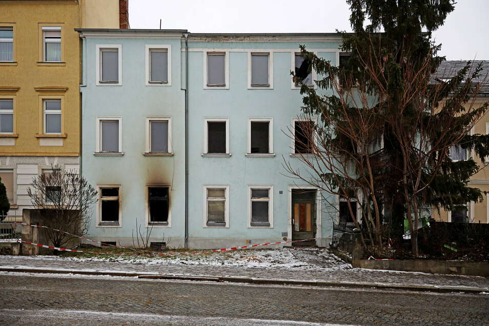 So sah es am Dienstag aus: Rußspuren rund um Fenster zeigen, wo es in der Nacht im Erdgeschoss gebrannt hatte.