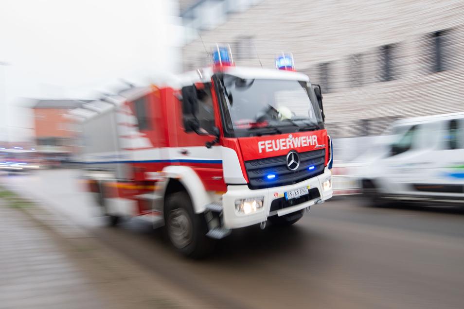 Ausrückendes Feuerwehrfahrzeug: In Klotzsche ist es zur Explosion eines Ölofens gekommen.