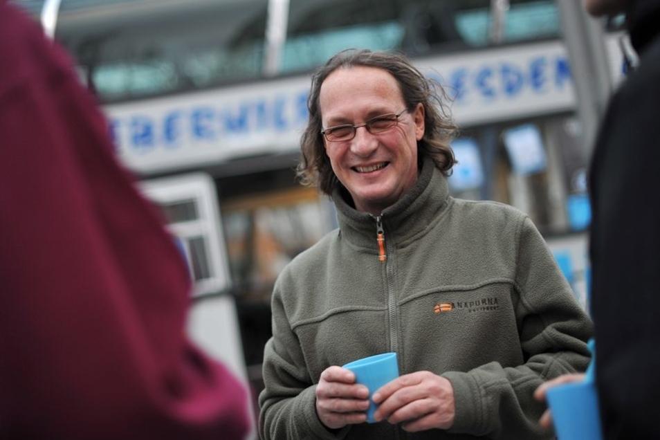 """Dieter Wolfer steht auf diesem Archivbild vor dem Bus des """"Jumbo""""-Projekts"""