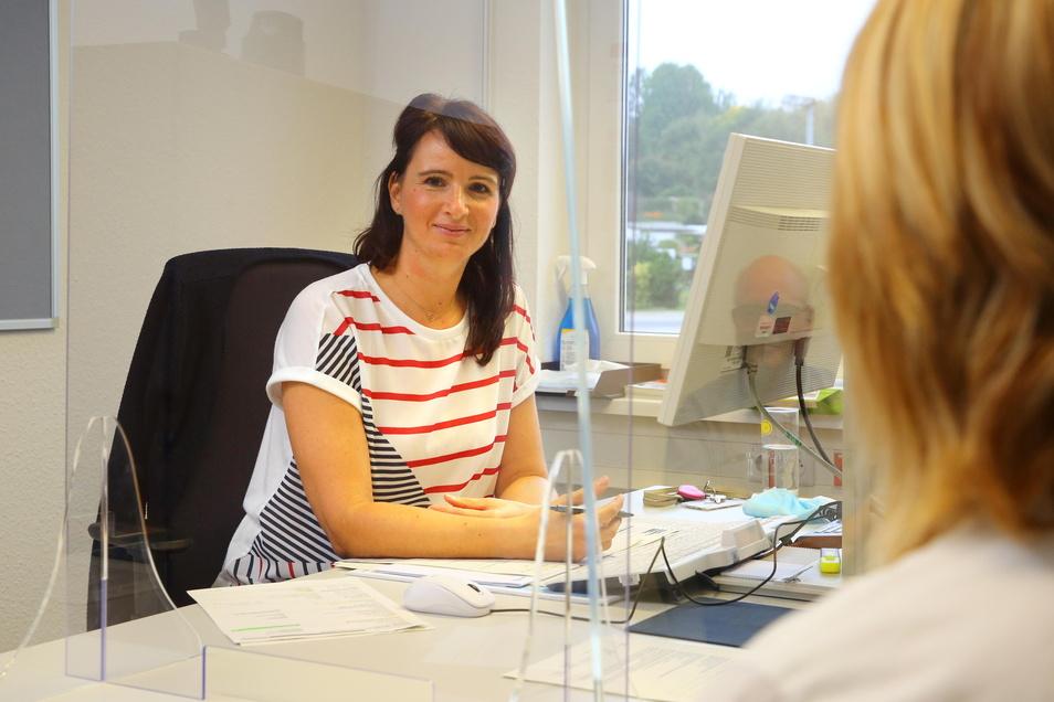 Arbeitsvermittlerin Ina Stephan berät in der Kamenzer Geschäftsstelle der Arbeitsagentur Bautzen eine Kundin. Fürs Foto hat sie mal kurz ihren Mund-Nasen-Schutz abgenommen.