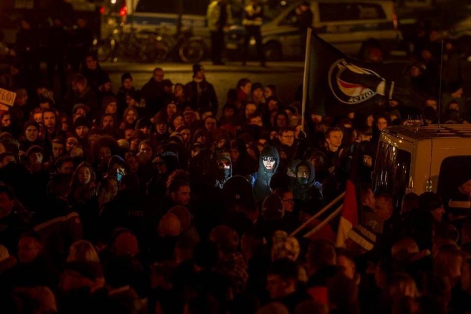 """Etwa 400 Gegendemonstranten skandierten am Theaterplatz unter dem Motto """"Gegen Heimat, gegen Volk, gegen Vaterland"""" in Rufnähe gegen das Bündnis."""