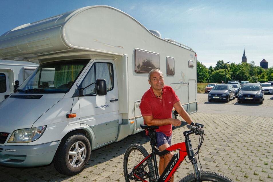 Klaus aus Berlin lobt die Stellflächen für Wohnmobile am Schliebenparkplatz in Bautzen. Es sei aber nicht immer so einfach, einen freien Platz zu erwischen.