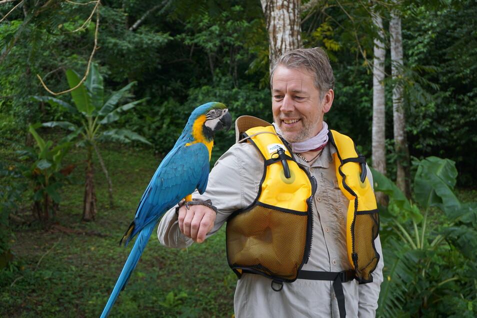 Mit Biwak unterwegs. Seit 2001 ist Thorsten Kutschke das Gesicht der beliebten MDR-Sendung, hier im Regenwald Boliviens.