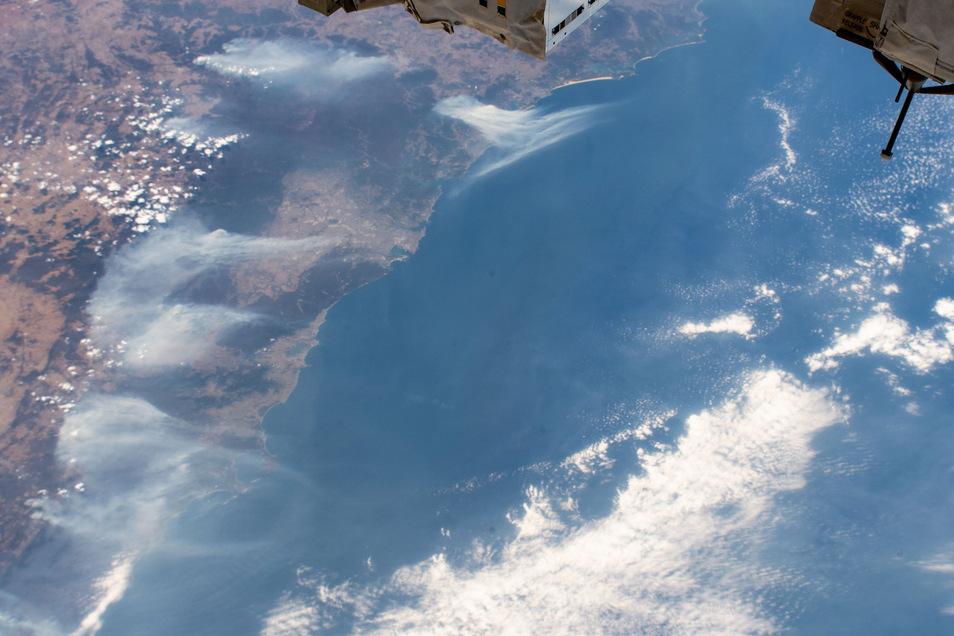 Ein von der Internationalen Raumstation ISS aus etwa 360 Kilometern Höhe aufgenommenes Foto zeigt die Waldbrände in der Region um Sydney, deren Rauchschwaden bis in die Tasmanische See ziehen.