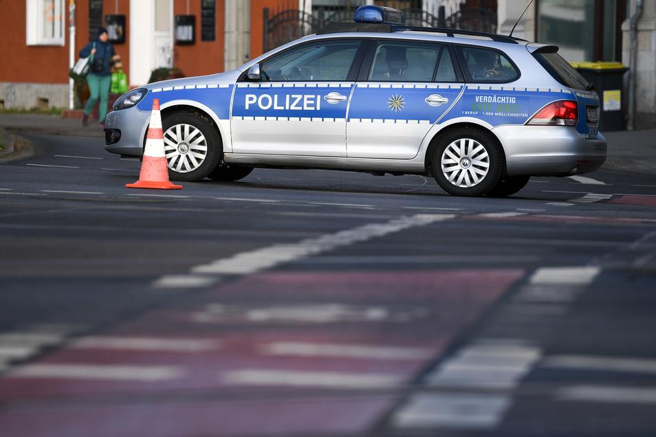 Die Polizei sperrt nach einem Bombenfund in Leipzig die Delitzscher Straße.