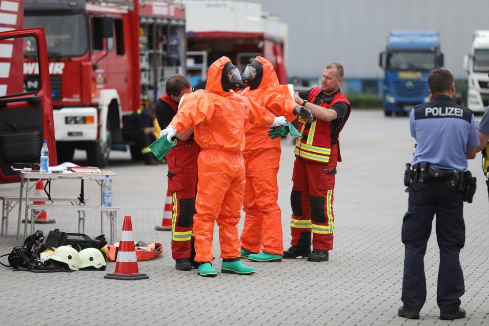 Auf dem Gelände einer Spedition in Ottendorf war am Donnerstag ein ätzendes weißes Pulver ausgetreten. Feuerwehrleute rückten mit Schutzkleidung vor.