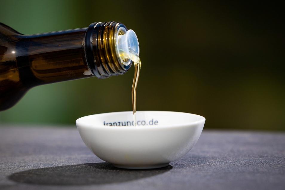 Bio hört nicht beim ökologischen Anbau auf: Um die Öle auch zum Braten verwenden zu können, werden physikalisch statt chemisch raffiniert: Mit Zitronensäure und Bleicherde wird das Öl entschleimt und gebleicht, anschließend mit Aktivkohle gefiltert. Durch