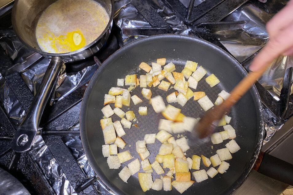 Spinat blanchieren (vier Minuten kochen und mit Eiswasser abschrecken). Gehackte Zwiebeln in Butter anschwitzen. Weißbrotwürfel in mehreren Portionen leicht anrösten. Milch erwärmen, mit Muskat, Pfeffer abschmecken, Butter darin schmelzen und mit Eiern vermengen. Die Milch darf nicht kochen!