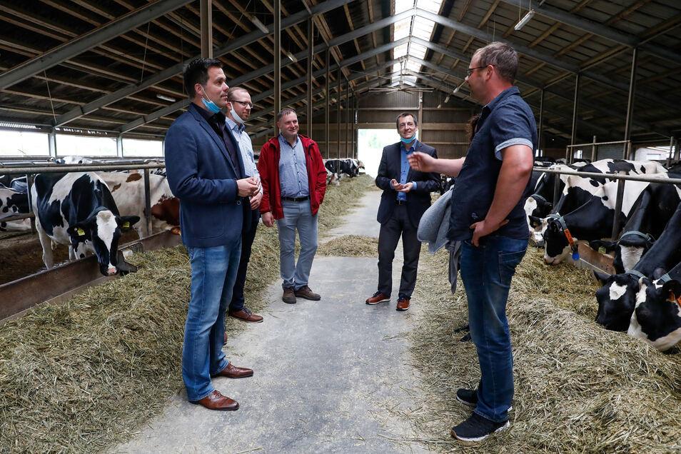 FDP-Bundestagsabgeordneter Gero Hocker (links), Hofbesitzer Hagen Stark (dritter von links) und neben ihm der sächsische FDP-Abgeordnete Torsten Herbst beim Hof-Gespräch in Kemnitz.