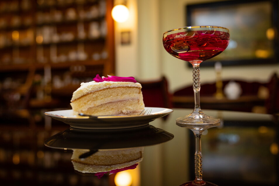 Im Café serviert Ellen Mosert Rosentorte und Rosenwasser auf zarten Rosentellern. Die Inhaberin hat Möbel und Deko mit einem Vorleben zu einem harmonischen Miteinander kombiniert. Im Café haben rund 30 Personen Platz, im Garten können 18 Gäste genießen un