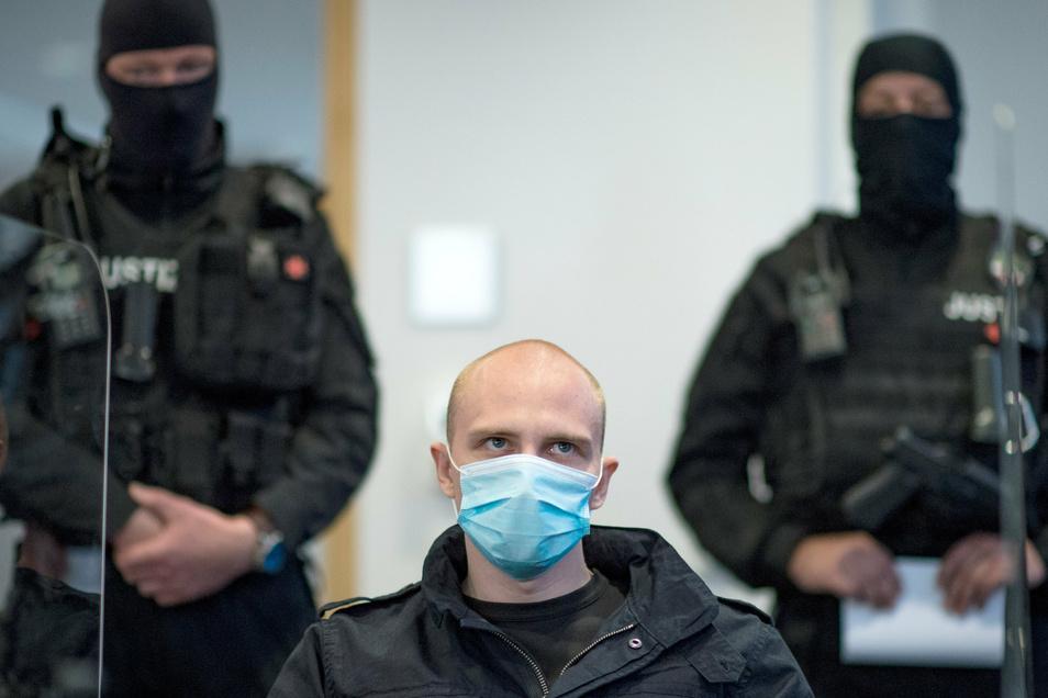 Hatte er eine Brieffreundschaft mit einer Polizistin aus Bitterfeld? Halle Attentäter Stephan B. sitzt in Haft - in seiner Zelle wurden Liebesbriefe gefunden.
