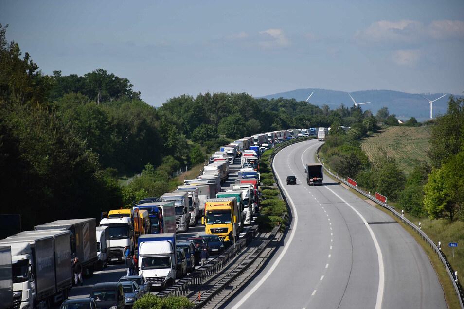 Von der polnischen Grenze bis nach Salzenforst reichte am Donnerstag die Wagenkolonne auf der A 4. Anhaltende Grenzkontrollen und der Rückreiseverkehr vor dem Feiertag waren der Grund für den Stau.