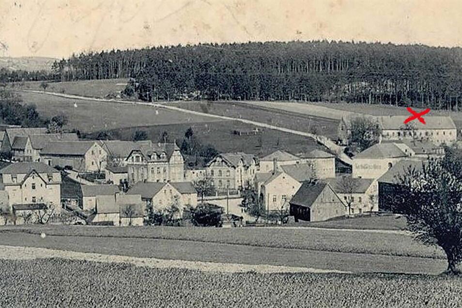 Das Oberdorf von Oelsa Anfang des 20. Jahrhunderts. Aus dem Bauerngut Dietrich an der Possendorfer Straße (Kreuz) kamen die tödlichen Schüsse.