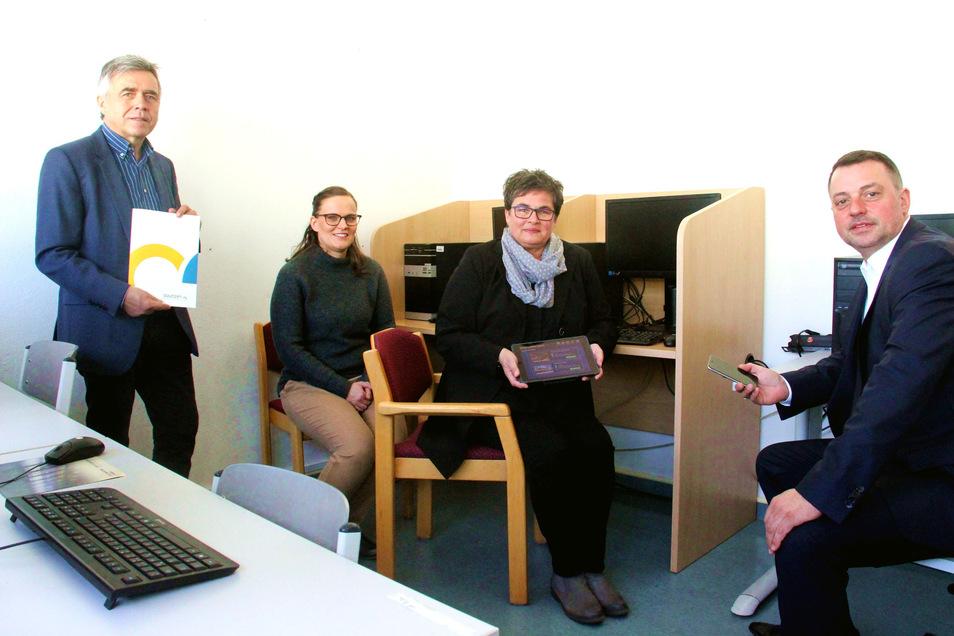 Freuen sich über 6,7 Millionen Euro Fördermittel für die Digitalisierung der Schulen des Landkreises Bautzen: Landrat Michael Harig (l.), Vize-Landrat Udo Witschas (r.) sowie Madlen Jakschik (2.v.l.) vom Schulamt und Gundula Rabold, Schulleiterin der Baut