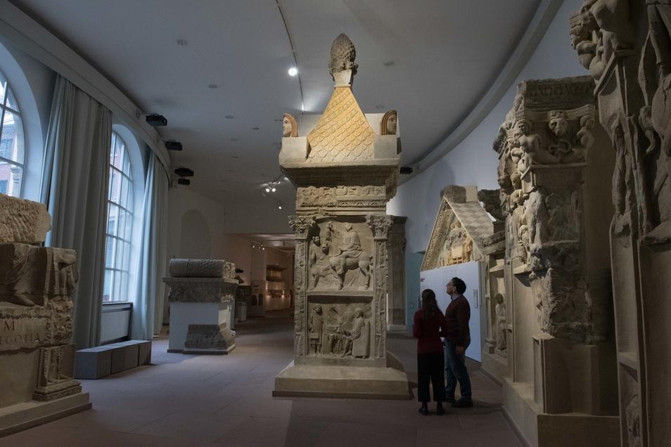 Antike Thermen, Baudenkmäler, kunstvoll gestaltete Grabmäler und Schmuck sind hier zu besichtigen.