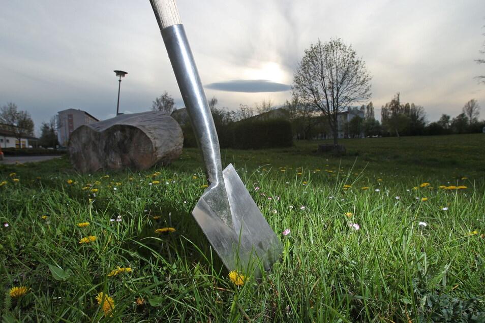 Eine Gartenschaufel war bei der Auseinandersetzung unter Nachbarn nur zufällig dabei, sorgte aber für Verletzungen.