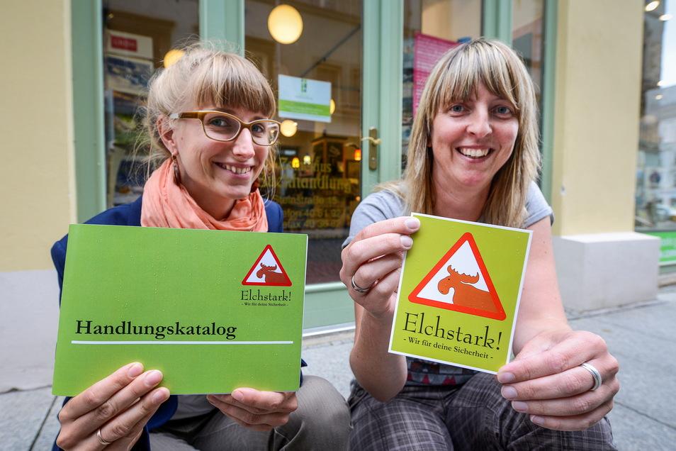 """Lisa Bail (links) leitete lange das Projekt """"Elchstark"""", die Comenius-Buchhandlung in der Steinstraße unterstützt es, hier Mitarbeiterin Anja Sorkalle."""