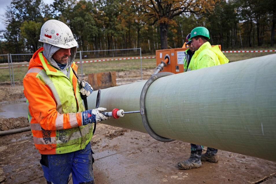 Ein Mitarbeiter prüft die Schweißnähte am Rohrstrang. Die Kollegen dahinter halten per Funk Kontakt zum anderen Ende des Dükers.