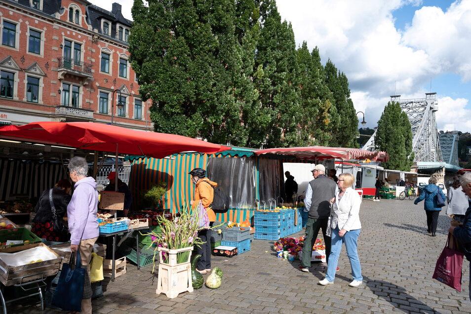 An drei Tagen in der Woche bauen die Händler unweit des Elberadweges ihre Stände auf. Die Besucherzahlen kennt die Marktgilde nicht, aber der Markt ist bei den Dresdnern sehr beliebt.