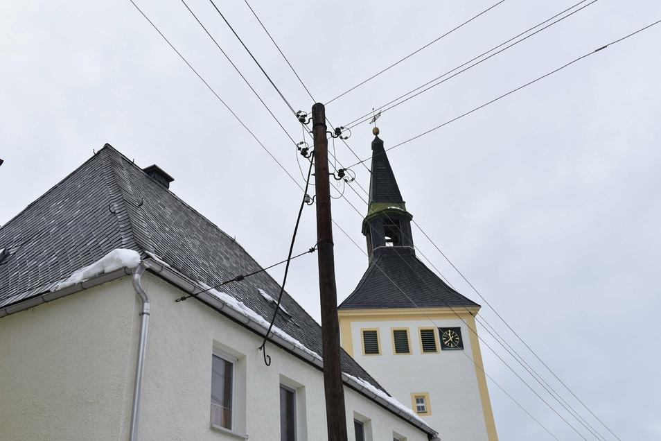 Hier hängen die Freileitungskabel in Bärenstein an einem alten Holzmasten. Solche Leitungen will Sachsennetz schrittweise erneuern.