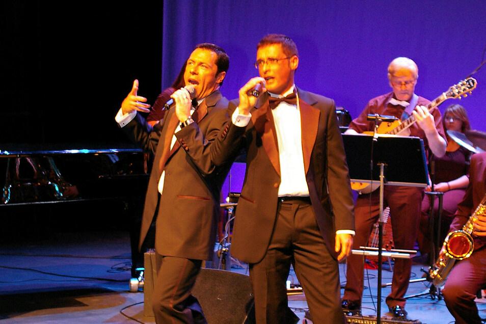 Detlef Heuke alias Dave Hansson (links) mit Gesangs-Partner bei einem früheren Auftritt in der Lausitzhalle, begleitet vom Long Street Orchestra.