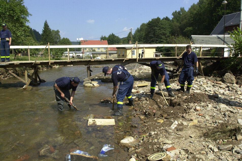 So hat der Pöbelbach 2002 das ganze Tal verheert. Mitglieder des Technischen Hilfswerks suchen hier die Wasserleitung.