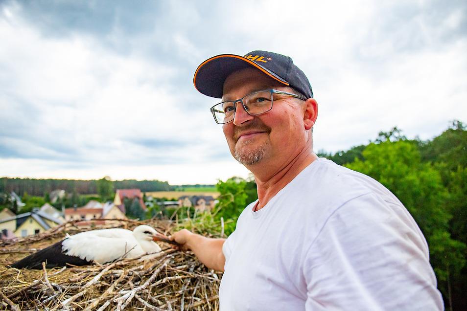 René Hauck vom städtischen Bauhof brachte mithilfe des Hubsteigers den Jungstorch nach seinem missglückten Flugversuch wieder zurück in das gut 16 Meter hoch gelegene Nest.
