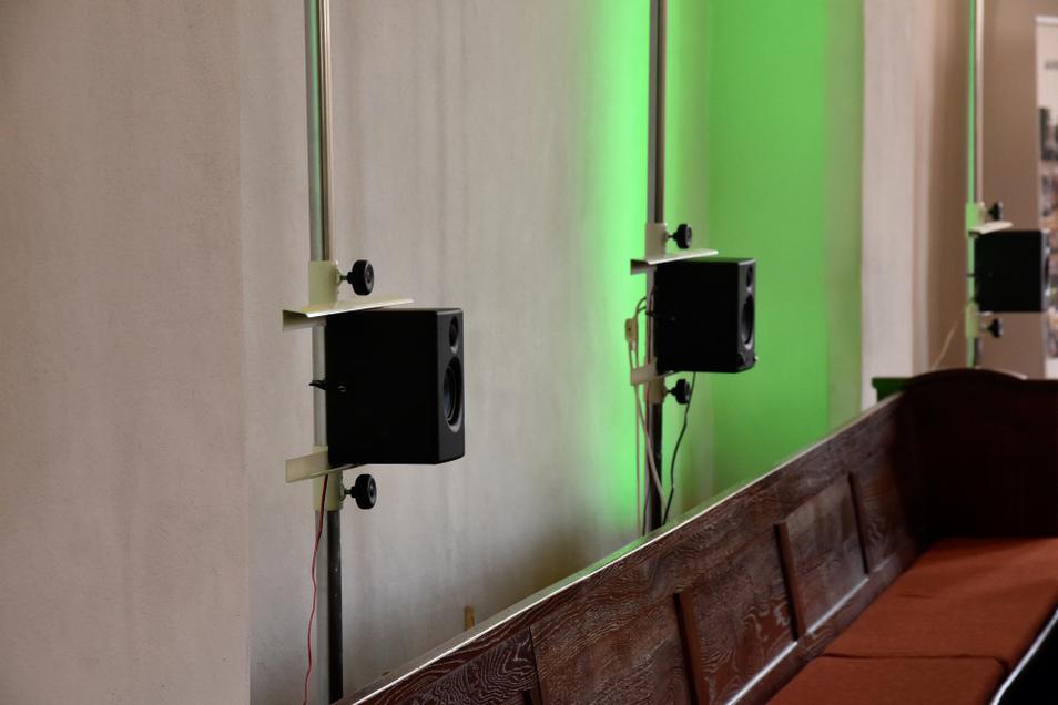 Zwei von rund 30 Lautsprechern, die für ein exzellentes Raumklangerlebnis im Schiff der Johanneskirche installiert wurden.