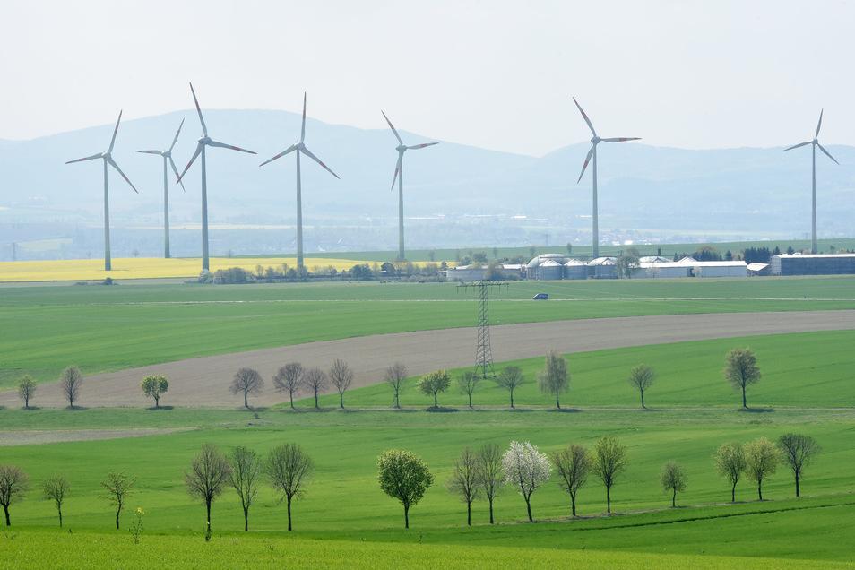 Auch für diesen Windpark auf Eckartsberger Flur in der Nähe der Miku Agrarprodukte GmbH sind Veränderungen geplant. Die drei kleineren der insgesamt acht Windräder sollen durch drei jeweils 230 Meter hohe ersetzt werden.