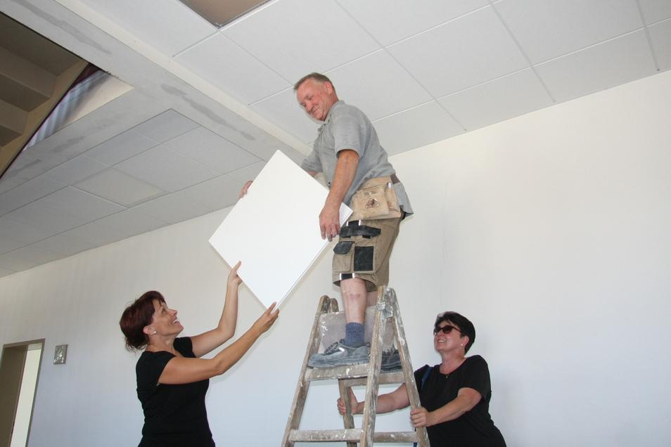 In der Großnaundorfer Grundschule wird noch gebaut: Mario Schmidt von der Firma Gretschel montiert Deckenplatten. Sandra Kästner und Cornelia Ruß-Hempel (r.) helfen.