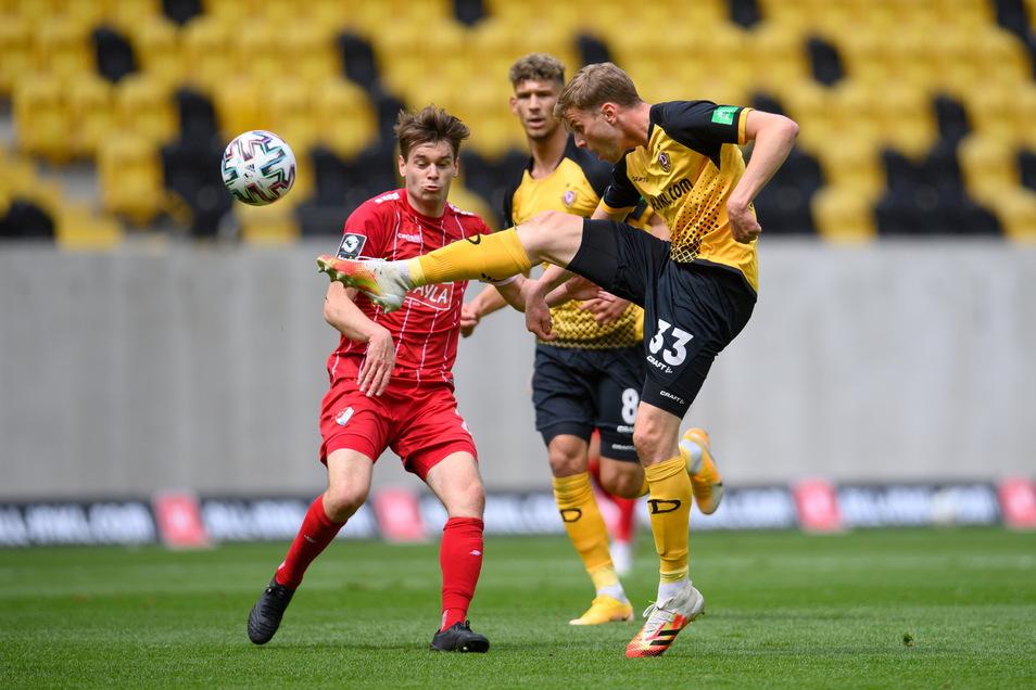 Die Partie ist durchaus umkämpft - mit leichten Vorteilen für Dynamo, hier mit dem Torschützen Christoph Daferner.