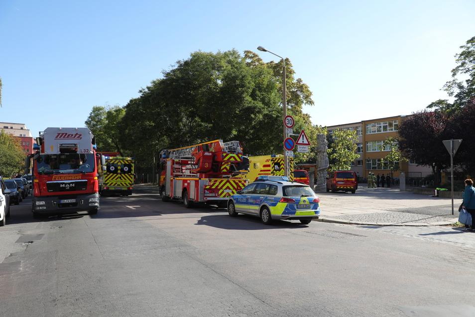 Für den Feuerwehreinsatz in der 101. Oberschule musste die Pfotenhauerstraße gesperrt werden.