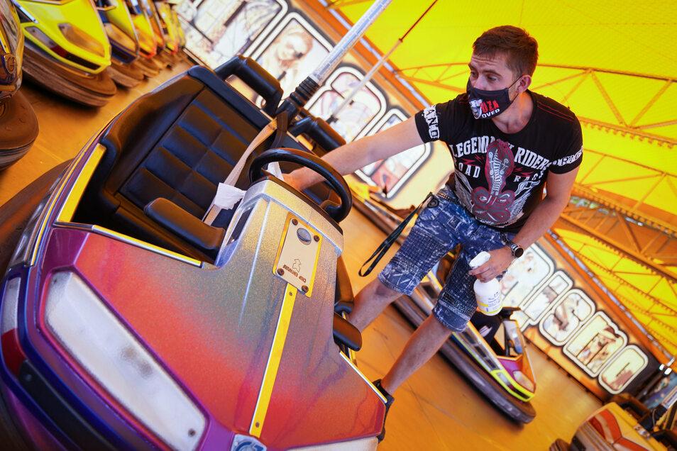 Hygiene ist wichtig auf dem Rummel. Richard Bergers Kollege Benjamin Zange desinfiziert nach jeder Runde die Lenkräder der kleinen Flitzer.