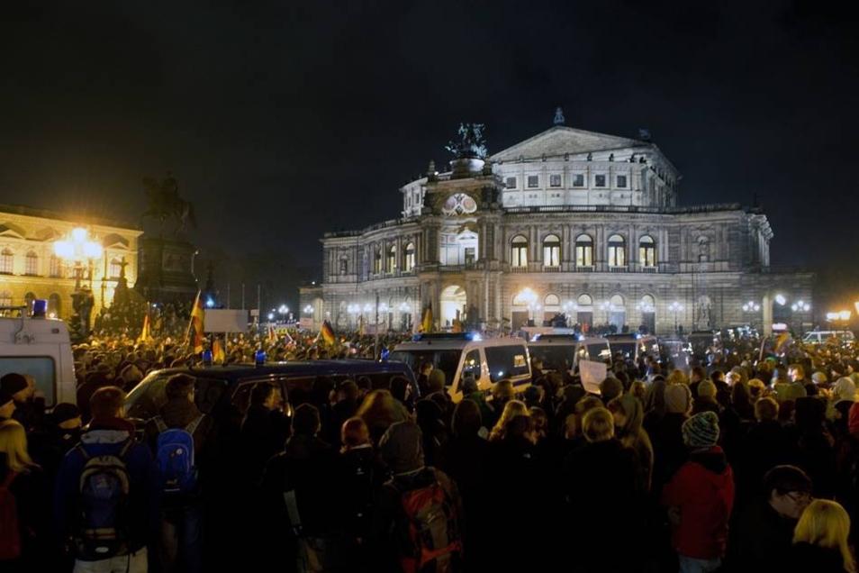 Rund 5500 Teilnehmer versammelten sich nach Polizeiangaben bei der sechsten Demo dieser Art.
