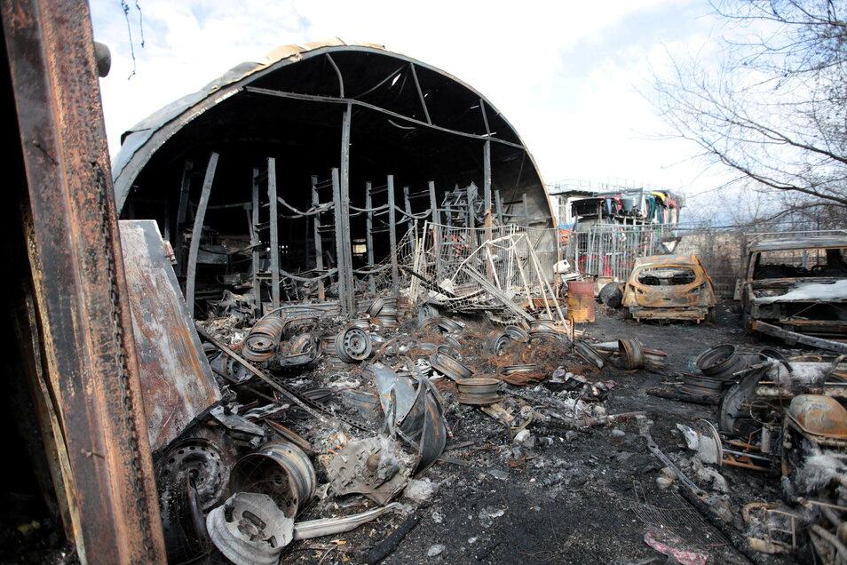 Nichts als Trümmer sind nach dem Großfeuer vom Autohandel und der Werkstatt an der S172 in Heidenau übrig geblieben.