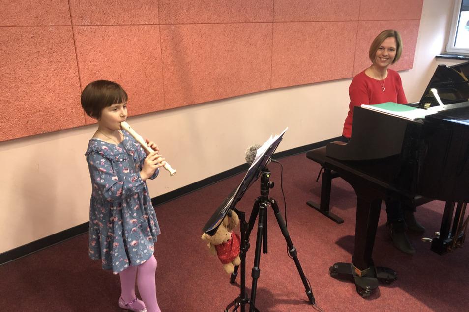 Greta spielt mit der Korrepetitorin Claudia Zeugfang ihr Video für Jugend musiziert ein.