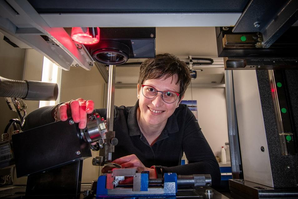 Heike Krusch – hier an einem Laser – wollte nie etwas anderes als Graveurin werden. Jetzt ist sie Meisterin und sogar noch die beste Absolventin ihres Faches.