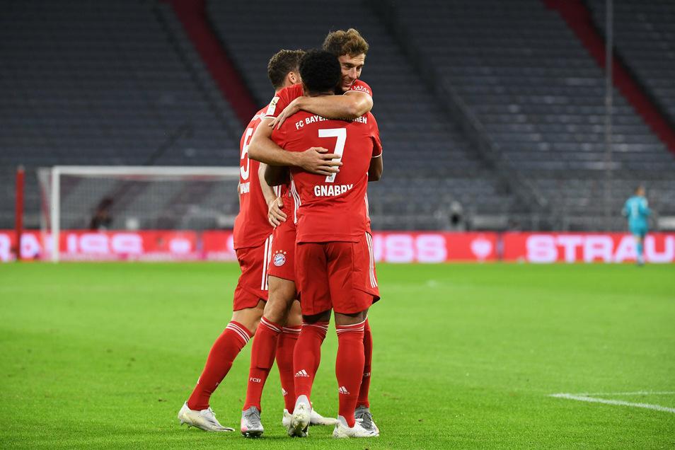 Serge Gnabry (vorn) bejubelt sein Tor zum 1:0 mit Leon Goretzka gegen Schalke. Es war zugleich das erste Tor der neuen Saison.