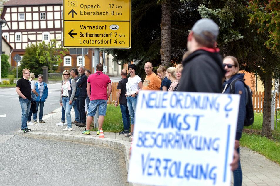 Ein Bild vom Sommer 2020: Corona-Protest an der B96 in Eibau. Dort zählte die Polizei am jüngsten Sonntag 40 Personen