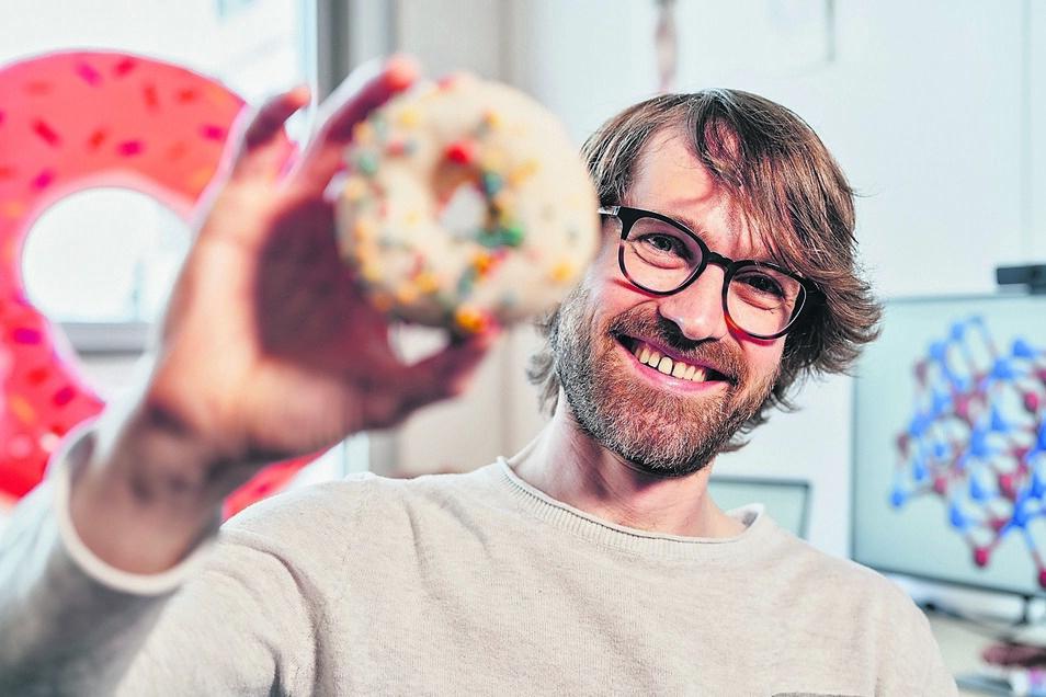 Was hat der Donut mit Physik zu tun? Viel, sagt Dr. Tobias Meng. Er hilft ihm beim Lösen schwieriger Rechnungen. Allerdings nicht als Nervennahrung.