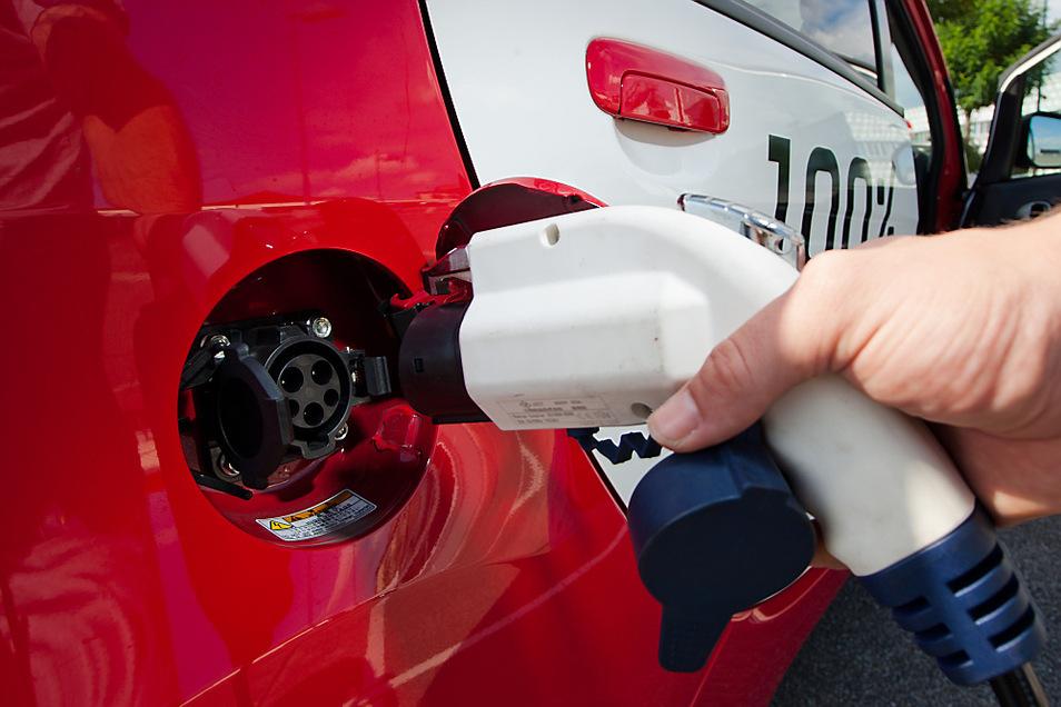 Ein Bild aus besseren, allerdings schon vergangenen Tagen der Elektromobilität. Hier nach vollendeter halber Probefahrt auf dem Parkdeck des Hoyerswerdaer Lausitz-Centers: TAGEBLATT testete am 29. August 2011 einen Mitsubishi MiEV.