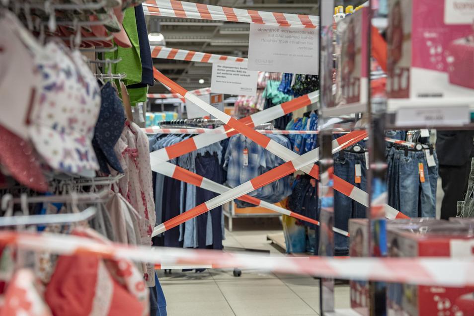 Wenn Läden größer sind als 800qm, dürfen sie Teile des Ladens absperren, um trotzdem ab Montag wieder öffnen zu können.