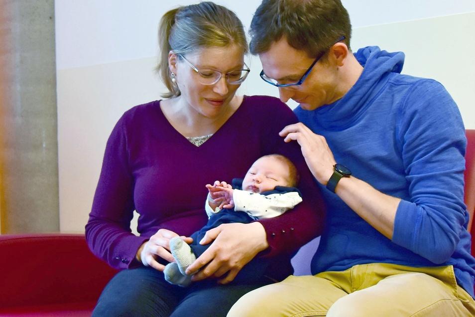 Matteo ist das 1.000. Kind, das 2021 am Uniklinikum geboren wurde. Seine Eltern Nancy und Christian Schwalenberg freuen sich auf die Zeit zu Viert. Zu Hause bei der Oma wartet die große Schwester.