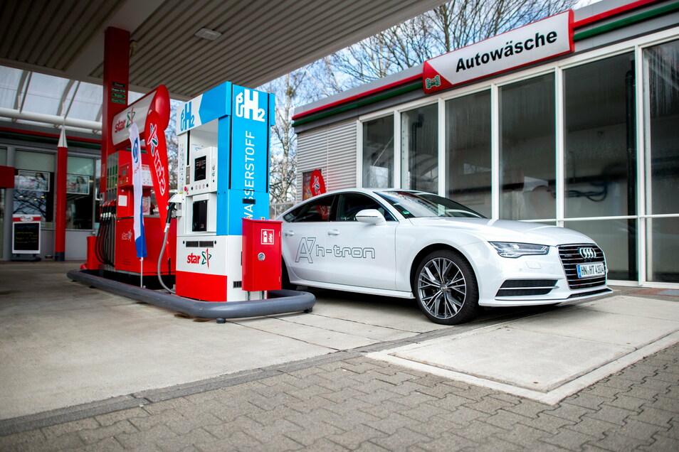 Ein mit Wasserstoff betriebenes Auto steht an der ersten Wasserstofftankstelle in Niedersachsen.