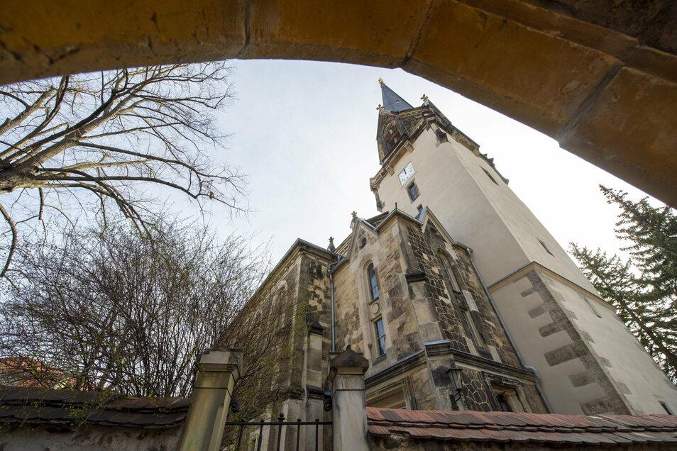 Der Turm der Kirche ist in den letzten beiden Jahren saniert worden, was deutlich am hellen Putz zu erkennen ist. Jetzt soll noch das Dach des Kirchenschiffes drankommen.